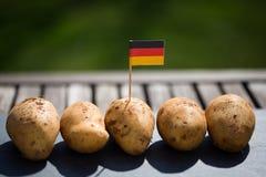 Potatisar tyska potatisar, med den tyska flaggan Royaltyfria Foton