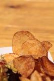 Potatischiper i en korg Royaltyfri Bild