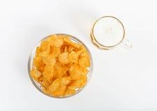 Potatischiper med ölexponeringsglas Fotografering för Bildbyråer
