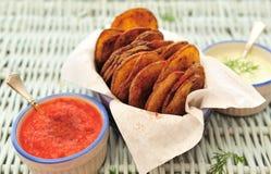 Potatischiper med olika dipps Royaltyfria Bilder