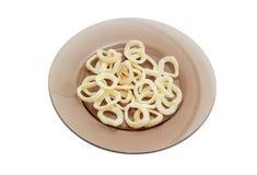 Potatischiper med smak av den stekte tioarmade bläckfisken på mörk maträtt Arkivbild