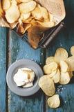 Potatischiper med sås Arkivbild