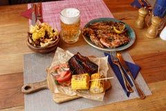 Potatischiper och grillat gods på tabellen i en bar royaltyfria foton