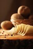 Potatischiper på en träkubb royaltyfri bild