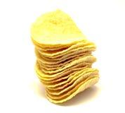 Potatischiper på en vit bakgrund. Arkivfoto