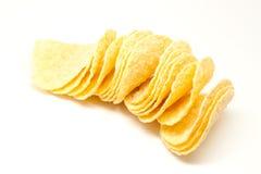 Potatischiper på en vit bakgrund Royaltyfria Bilder