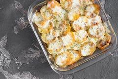Potatiseldfast form med gräddfilsås, grönsaker och örter, sp Arkivfoto