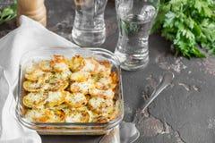 Potatiseldfast form med grönsaker och örter, kryddiga kryddor, glas Arkivbild