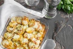 Potatiseldfast form med grönsaker och örter, kryddiga kryddor, glas Royaltyfri Fotografi