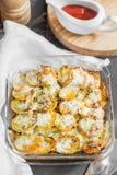 Potatiseldfast form med grönsaker och örter, kryddiga kryddor med till Royaltyfria Foton