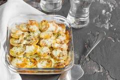 Potatiseldfast form med grönsaker och örter, kryddiga kryddor, scapul Royaltyfria Foton