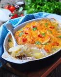 Potatiseldfast form med höna, lökar och ost Royaltyfria Bilder
