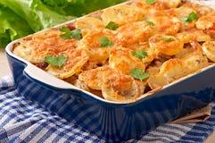 Potatiseldfast form med kött och champinjoner Arkivfoton