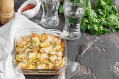 Potatiseldfast form med persilja- och tomatgrönsaker, kryddig krydda Arkivbild
