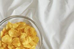 Potatisen gå i flisor i en glass bunke Royaltyfria Foton