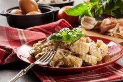 Potatisgnocchi, italienska potatisklimpar med ostsås, skinka Royaltyfria Bilder