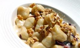 Potatisgnocchipasta med valnötter Fotografering för Bildbyråer