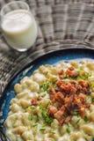 Potatisklimpar med fårost och bacon, traditionell slovakian mat, slovak gastronomi royaltyfria foton