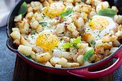 Potatispölsa med skinka och ägg royaltyfria bilder