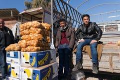 Potatissäljare på en irakisk gata arkivbild