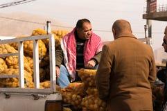 Potatissäljare på en irakisk gata royaltyfri fotografi