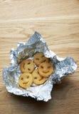 Potatissmåfiskar i aluminium folie Arkivbilder