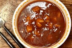 Potatissoppa för på burk nötkött i bunke på tabellen Arkivfoto
