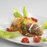 Potatisstruvor med den tartare laxen, grönsallat och tomater Fotografering för Bildbyråer