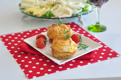 Potatisstruvor med tomater royaltyfri foto
