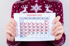 Potato vicino sulla foto del calendario in mani del ` s della donna con attraversato fotografia stock libera da diritti