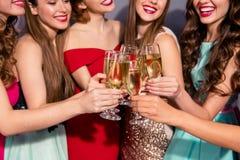 Potato vicino sullo stupore della foto bello lei la sua scuola sociale festiva del vino spumante delle signore di clubbing dorato fotografie stock