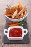 Potato wedges and ketchup Royalty Free Stock Photos