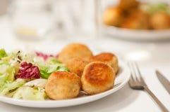 Potatoe croquettes med sallad Arkivfoton
