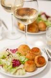 Potatoe croquettes med sallad Fotografering för Bildbyråer