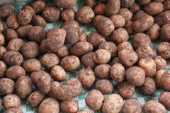 Potatoe, Kartoffel, schmutziger Kartoffelhintergrund Kartoffeln im Markt lizenzfreies stockfoto
