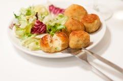 Potatoe Kroketten mit Salat Lizenzfreie Stockbilder