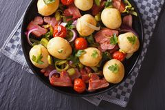 Potatoes with fried bacon and tomato on a plate, top view Royalty Free Stock Photos
