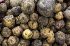 Potatos apilados en el mercado de Urubamba imagen de archivo