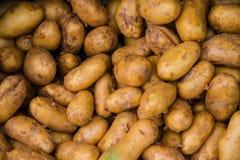Potatos crudos en mercado Imagenes de archivo