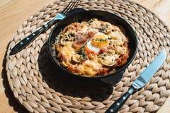 Potatos d'escroquerie de tortilla Plat espagnol typique avec la sauce tomate et l'oeuf de fromage de lard Images libres de droits
