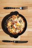 Potatos d'escroquerie de tortilla Plat espagnol typique avec la sauce tomate et l'oeuf de fromage de lard Photos stock
