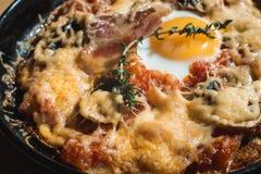 Potatos d'escroquerie de tortilla Plat espagnol typique avec la sauce tomate et l'oeuf de fromage de lard Photographie stock libre de droits