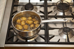 Potatos de ebullición en la estufa Foto de archivo