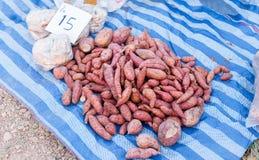 Potatos dolci nel mercato di strada fotografia stock