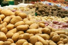 Potatos grandes en supermercado Imagen de archivo libre de regalías