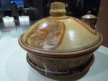 Pote acient del arte del maya de México con las pinturas de la vida mayian foto de archivo