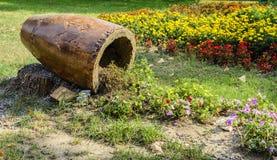 Pote caido con el suelo y las flores Fotos de archivo libres de regalías