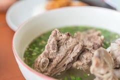 Pote caliente caliente y picante de la costilla de cerdo con las hierbas tailandesas Imagen de archivo libre de regalías
