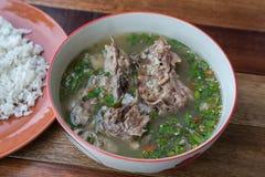 Pote caliente caliente y picante de la costilla de cerdo con las hierbas tailandesas Fotos de archivo libres de regalías