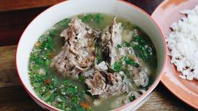 Pote caliente caliente y picante de la costilla de cerdo con las hierbas tailandesas Foto de archivo